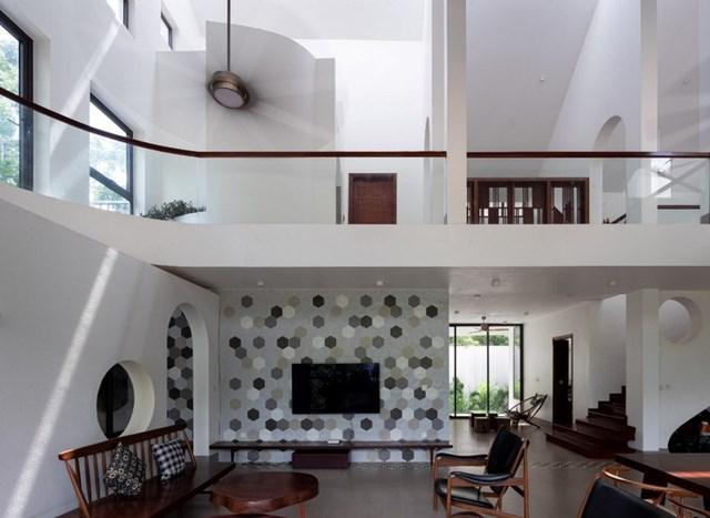 Kiến trúc sư chủ yếu sử dụng gam màu gỗ và màu trắng cho ngôi nhà, đồng thời điểm tô thêm nhiều vách tường có những ô gạch khác loại nhằm tăng thêm sự thu hút.