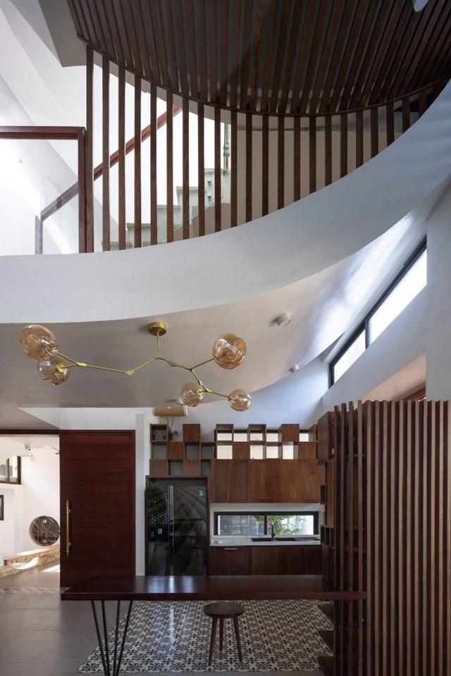 Hệ lam gỗ trên lớp cửa chính đảm bảo thông gió và thoáng khí trong nhà.