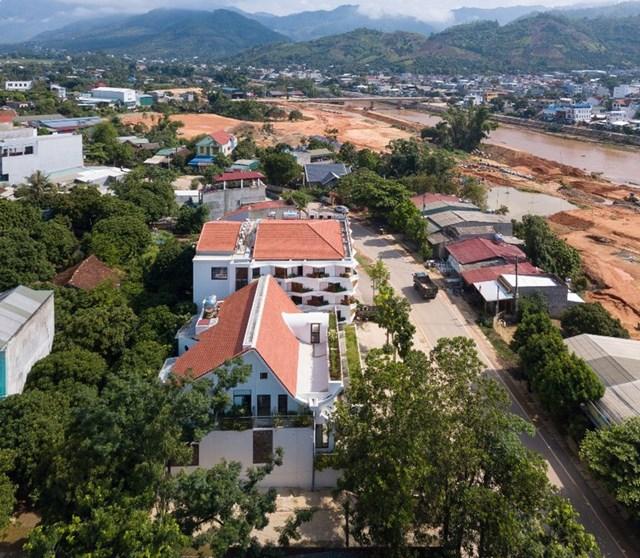 Nằm trên sườn đồi núi, phía trước nhìn ra sông Mã, ngôi nhà 3 tầng với kiến trúc mái này là tổ ấm của một gia đình ba thế hệ.