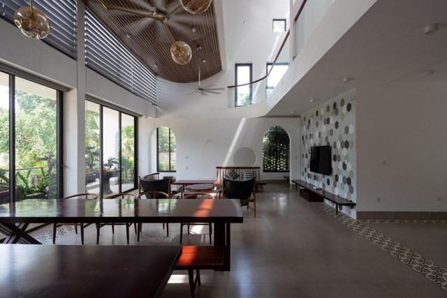 Để tăng sự kết nối giữa các không gian, giới kiến trúc sư đã thiết kế nối liền phòng khách với khu vực ăn uống.Ngồi ở bất kỳ góc nhỏ nào cũng có thể hướng tầm nhìn ra bên ngoài, ngắm nhìn khung cảnh thiên nhiên lãng mạn, hóng nắng hóng gió một cách thoải mái.