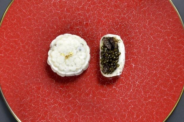 Bánh trung thu nhân trứng cá tầm và nấm truffle đắt đỏ.