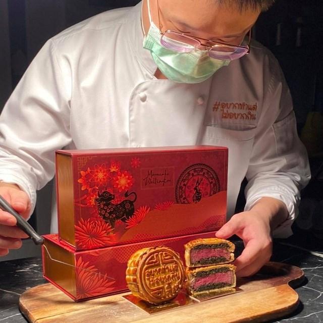 Thoạt nhìn, chiếc bánh này cũng không có gì đặc biệt, nhưng cắt vào bên trong nhân thì lại hoàn toàn khác.