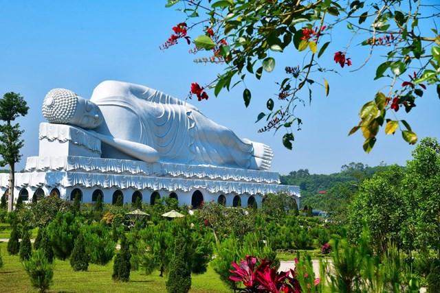 Đại tượng Phật Nhập Niết Bàn dài hơn 50m.