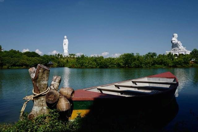 Hồ Lục Thủy nơi soi mình của 2 công trình Đại tượng Phật A Di Đà cao nhất miền Bắc và Phật Di Lặc