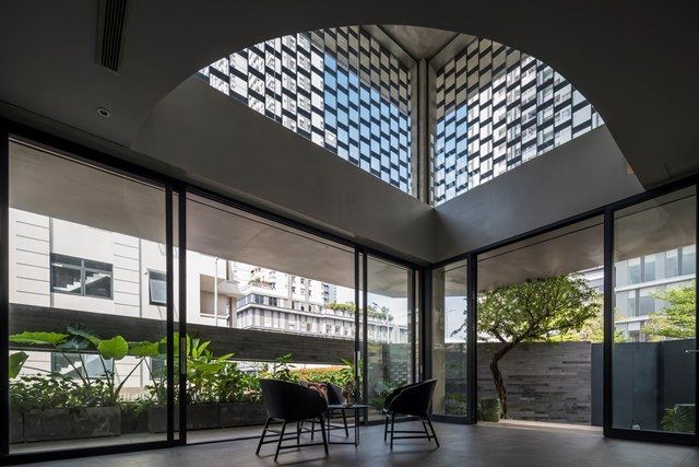 Với việc sử dụng nhiềubức tường kính lớn giúp kết nối không gian bên trong và bên ngoài đạt hiệu suất tối đa. Qua bức tường kính trong suốt, ngồi bên trong nhà, gia chủ hoàn toàn có thể ngắm nhìn toàn bộ không gian xanh phía ban công.