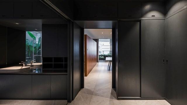 Ngay cạnh phòng ngủ là phòng tắm và nhà vệ sinh được bố trí với tone màu đen sang trọng.