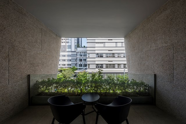 Phía trên tầng, gia chủ để lại một góc thư giãn nhỏ để có thể đọc sách, hay nhâm nhi cốc cà phê mỗi chiều.