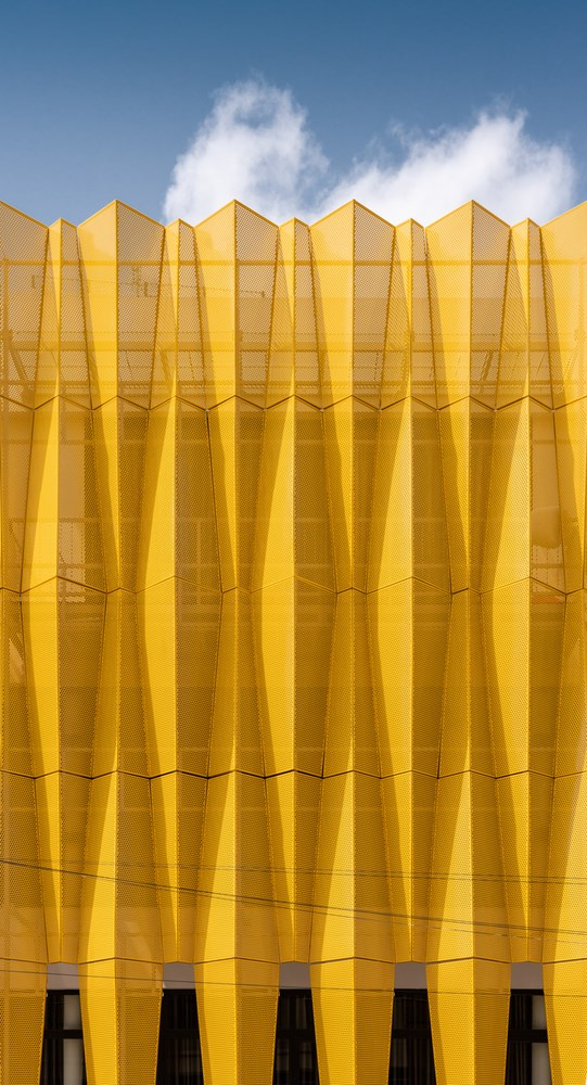 Vật liệu này được thiết kế vừa là một tấm màn bền vững cho tấm kính phía sau giúp tiết kiệm năng lượng, vừatạo ấn tượng mạnh cho người xem.