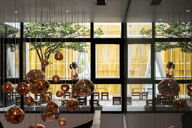 Không gian thông tầng được kết nối trực tiếp với giếng trời và sân vườn ngoài trời tầng hai, tạo nên tầm nhìn thoáng, và lấy sáng tốt cho ngôi nhà.
