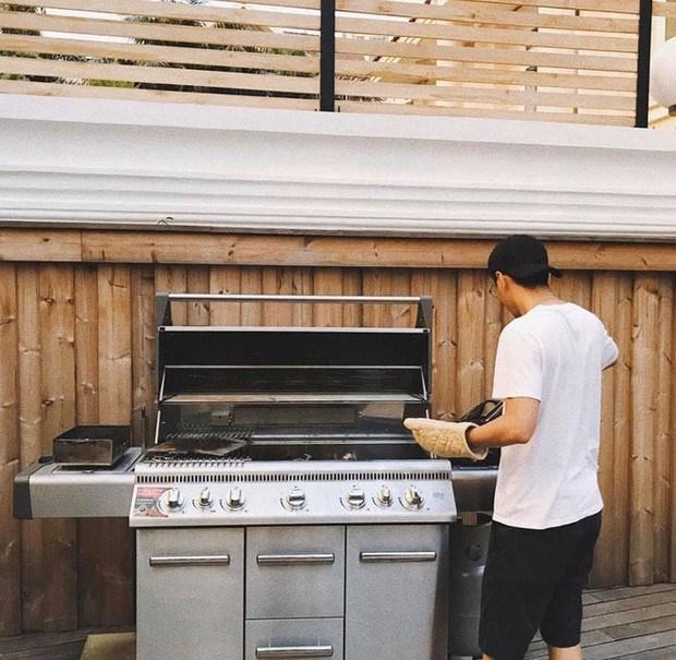 Ở trong vườn có bếp nướng BBQ ngoài trời
