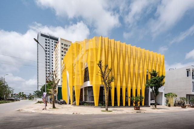 Tọa lạc tại một khu đô thị mới ở thành phố Thanh Hóa, LZ's Love spa là công trình có thiết kế mặt tiền độc đáo cùng màu sắc thu hút, khơi gợi sự tò mò của người đi đường.
