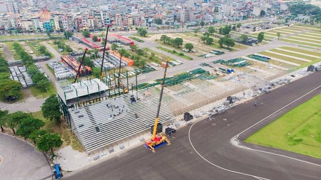 Các hạng mục cuối cùng của đường đua F1 ở Mỹ Đình (Nam Từ Liêm) tiếp tục được tháo dỡ sau khi chặng đua F1 tại Hà Nội bị hoãn do ảnh hưởng của dịch Covid-19.