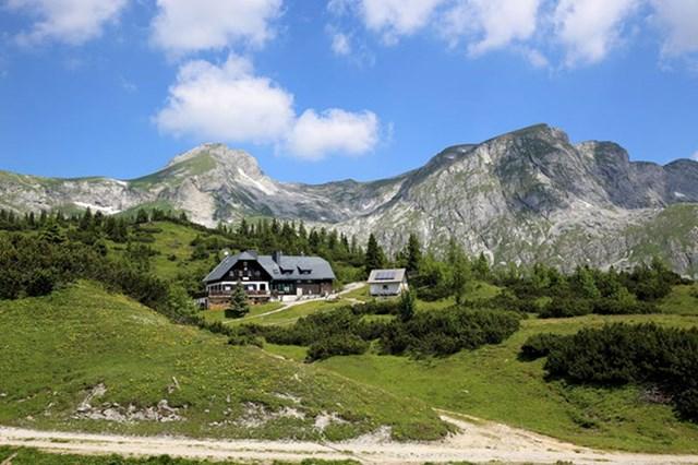 Green Lake ở Tragoess (Áo) là một trong những địa điểm du lịch nổi tiếng.Nơi đây vào mùa khô là công viên yêu thích của những người đam mê đi bộ đường dài do được bao quanh bởi những ngọn núi và khu rừng Hochschwab hùng vĩ.