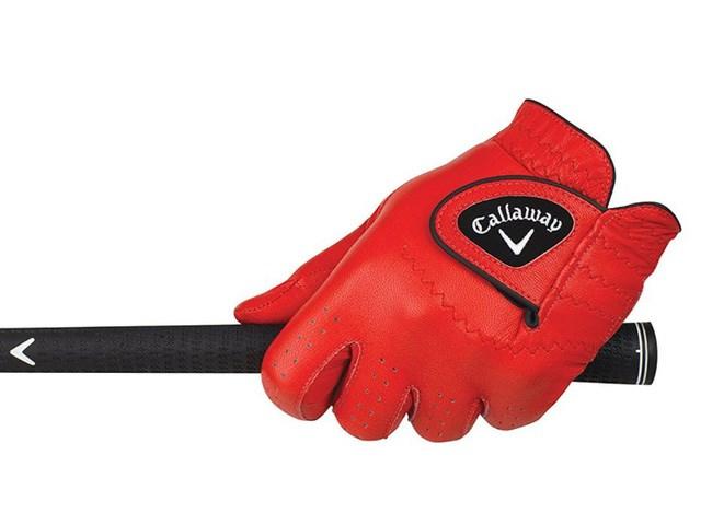 Găng tay golf Callaway Golf OptiColor được làm từ da thật và có màu sắc nổi bật giúp golf thủ tỏa sáng trên sân. Vì làm từ da thật nênđể dùng được lâu dài, những chiếc găng tay golf OptiColor cần vệ sinh sạch sẽ thường xuyên.