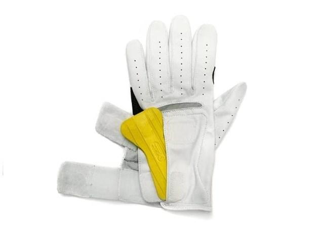 Bên cạnh cấu trúc như những đôi găng tay golf bình thường, SKLZ còn có ngăn chứa nhỏ ở vùng lòng bàn tay để người chơi có thể tháo lắp thêm những miếng đệm. Điều này sẽ giúp người chơi có thể có cảm giác bám tốt nhất khi cầm gậy , từ đó tạo ra nhiều cú đánh chuẩn xác.