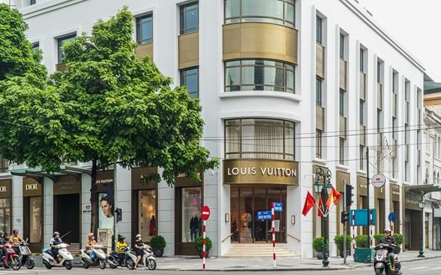 Tập đoàn LVMH đã tham gia thị trường Hà Nội bằng việc mởcửa hàng Louis Vuitton và Christian Dior.