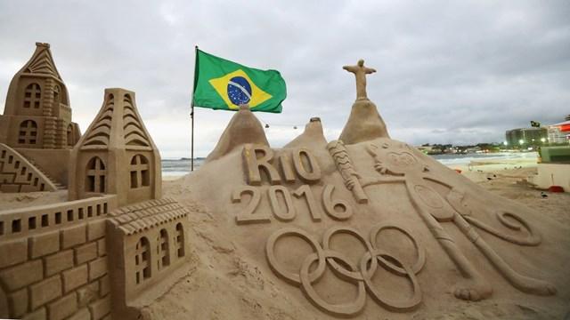 Không chỉ là thú vui xây lâu đài cát ưa thích của trẻ em mỗi khi đến biển, điêu khắc cát trở thành một loại hình nghệ thuật được nhiều người theo đuổi. Nhiều cuộc thi điêu khắc từ vật liệu là cát được tổ chức thường niên ở các quốc gia trên thế giới như Anh, Australia, Nhật Bản… Đây là nơi các nghệ sĩ thỏa sức thể hiện trí tưởng tưởng phong phú của mình với các công trình lớn và phức tạp. Trong hình là tác phẩm điêu khắc trên cát mô tả các địa danh của thành phố Rio de Janeiro. Tác phẩm được ra đời tại bãi biển Copacabana, Rio de Janeiro, Brazil trước Thế vận hội Mùa hè 2016.