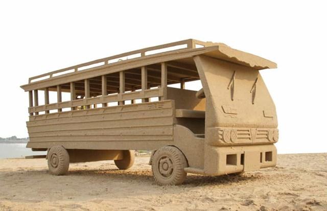 """Chỉ từ 2 thành phần cơ bản là cát và nước, những tác phẩm điêu khắc dần hiện ra dưới bàn tay khéo léo của các nghệ sĩ. Cát tốt dùng để điêu khắc thường có phù sa và đất sét giúp kết dính các hạt cát có hình dạng bất thường lại với nhau. Chiếc xe bằng cát có kích thước như thật này là tác phẩm trong lễ hội Songkran năm 2014 ở Thái Lan.  Bảo tàng Cát Tottori (Nhật Bản) là bảo tàng trong nhà đầu tiên trên thế giới dành riêng cho nghệ thuật điêu khắc cát. Hàng năm, một nhóm nhà điêu khắc cát giỏi nhất từ khắp nơi trên thế giới cùng nhau tạo ra các tác phẩm nghệ thuật dựa trên chủ đề triển lãm năm đó. Bảo tàng đóng cửa trong 3 tháng để các nhà điêu khắc miệt mài sáng tạo. Trong hình là nhà thờ Saint Basil và điện Kremlin ở Moscow, Nga, từng bước được tạo hình bởi nghệ sĩ người Italy Leonardo Ugolini. Tác phẩm được trưng bày tại bảo tàng Cát năm 2014 trong triển lãm chủ đề """"Nước Nga"""".   Trong khi một số tác phẩm trưng bày trong các bảo tàng, nhiều tạo hình được dựng ngay trên bãi biển. Các nghệ sĩ mất rất nhiều giờ để xây dựng tác phẩm của riêng mình. Tuy nhiên, những tác phẩm nghệ thuật được dựng ngay trên bãi biển tiềm ẩn nguy cơ biến mất bất cứ lúc nào bởi triều cường dâng. Tác phẩm điêu khắc của nghệ sĩ Baldrick Bucklecarved được trưng bày tại triển lãm điêu khắc cát """"Under the Sea"""" ở Melbourne, Australia năm 2013.   Hai nhà điêu khắc Sandis Kondis và Sue McGrew đã tạc tác phẩm cát Atlantis tuyệt đẹp cho triển lãm """"Under the Sea"""" ở Melbourne, Australia năm 2013.   Năm 2012, Nicola Wood thực hiện tác phẩm điêu khắc tượng cát Nữ hoàng Elizabeth II tại Lễ hội Điêu khắc cát Weston-super-Mare hàng năm ở Anh. Tại năm thứ 7 của lễ hội này, các nghệ sĩ đã sử dụng 4.000 tấn cát của bãi biển Weston để tạo nên màn trình diễn nghệ thuật khổng lồ.   Tác phẩm Alice and the Caterpillar (tạm dịch: """"Alice và sâu bướm"""") được chạm khắc bởi Christina Mija. Đây là một phần của triển lãm điêu khắc Creepy Crawlies Sand ở Melbourne, Australia năm 2011.   Cũng được trưng bày tại triển lãm này"""
