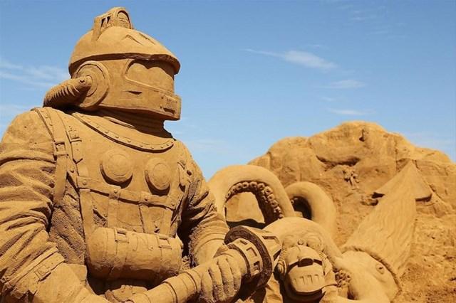 """Trong khi một số tác phẩm trưng bày trong các bảo tàng, nhiều tạo hình được dựng ngay trên bãi biển. Các nghệ sĩ mất rất nhiều giờ để xây dựng tác phẩm của riêng mình. Tuy nhiên, những tác phẩm nghệ thuật được dựng ngay trên bãi biển tiềm ẩn nguy cơ biến mất bất cứ lúc nào bởi triều cường dâng. Tác phẩm điêu khắc của nghệ sĩ Baldrick Bucklecarved được trưng bày tại triển lãm điêu khắc cát """"Under the Sea"""" ở Melbourne, Australia năm 2013."""