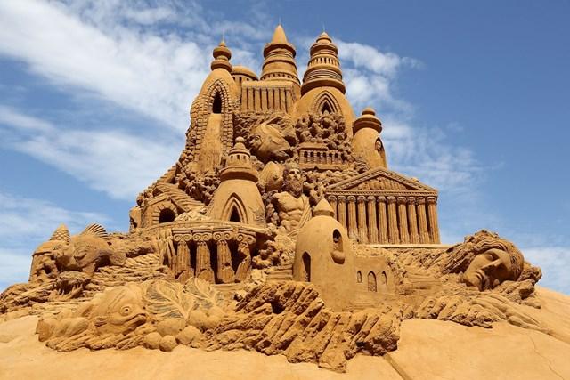 """Hai nhà điêu khắc Sandis Kondis và Sue McGrew đã tạc tác phẩm cát Atlantis tuyệt đẹp cho triển lãm """"Under the Sea"""" ở Melbourne, Australia năm 2013."""
