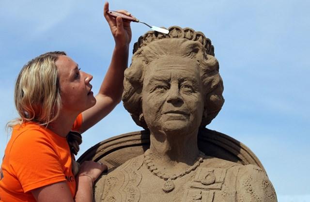 Năm 2012, Nicola Wood thực hiện tác phẩm điêu khắc tượng cát Nữ hoàng Elizabeth II tại Lễ hội Điêu khắc cát Weston-super-Mare hàng năm ở Anh. Tại năm thứ 7 của lễ hội này, các nghệ sĩ đã sử dụng 4.000 tấn cát của bãi biển Weston để tạo nên màn trình diễn nghệ thuật khổng lồ.