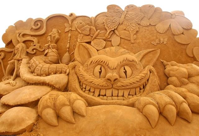 """Tác phẩm Alice and the Caterpillar (tạm dịch: """"Alice và sâu bướm"""") được chạm khắc bởi Christina Mija. Đây là một phần của triển lãm điêu khắc Creepy Crawlies Sand ở Melbourne, Australia năm 2011."""