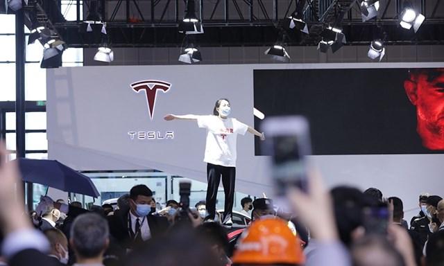 Khách hàng của Tesla biểu tình tại triển lãm ô tô ở Thượng Hải. Ảnh: WSJ.
