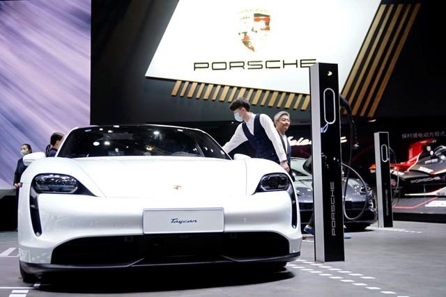 Porsche sẽ lập liên doanh sản xuất pin ô tô điện nhằm giảm sự phụ thuộc vào châu Á. Ảnh: Reuters