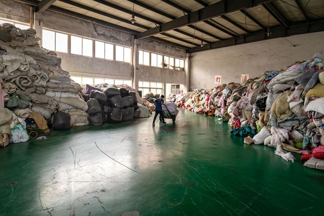 Trung Quốc loay hoay xử lý 26 tấn quần áo đã qua xử dụng. (Ảnh: Bloomberg)