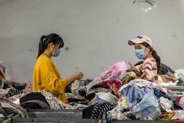 Người Trung Quốc cho rằng quần áo cũ là biểu tượng của sự nghèo đói. (Ảnh; Bloomberg)
