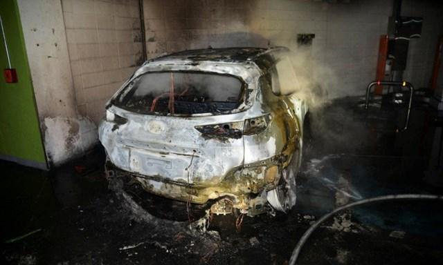 Chiếc Kona EV bốc cháy trơ khung trong bãi để xe tầng hầm của một khu căn hộ phức hợp ở Daegu, Hàn Quốc, hôm 4/10. Ảnh:Daegu Fire & Safety Department