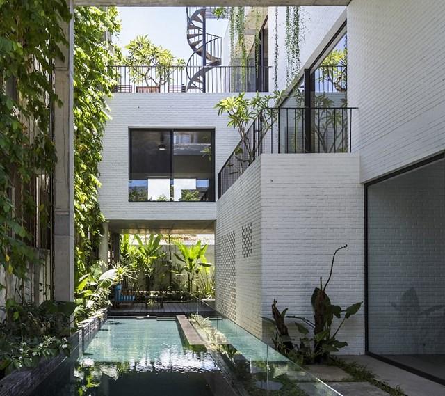 Đại diện khác của Việt Nam cũng góp mặt trong giải thưởng Dezeen Award 2020 là Thắng House tại hạng mục Nhà ở đô thị. Công trình gây ấn tượng với không gian xanh phủ từ trên mái xuống sân vườn giống như máy lọc không khí tự nhiên cho các khu vực trong nhà.