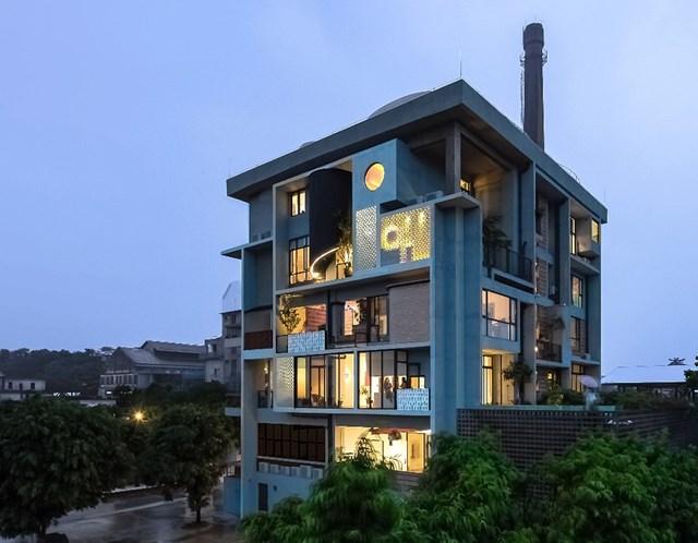 Tòa nhà Borderless Community of Zi Ni Twelve Portalsở Quảng Châu, Trung Quốc giành giải thưởng ở hạng mục Dự án nhà ở tốt nhất. Công trình này đã được chuyển đổi từ nhà máy sản xuất ván sợi sang dự án nhà ở thiết kế riêng cho 7 bạn trẻ với đầy đủ không gian sống, làm việc, giao lưu và trưng bày sản phẩm.