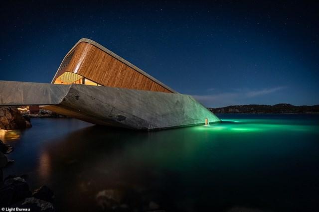 Tại giải thưởng Thiết kế đèn sáng kiến trúc, hệ thống chiếu sáng của dự án Under, nhà hàng có một phần chìm dưới biển ở Na Uy đã được gọi tên. Ánh sáng nội thất của công trình vừa đem lại cảm giác ấm cúng, thân mật mà không ảnh hưởng đến tầm nhìn khung cảnh biển. Ngoài ra hệ thống chiếu sáng bên ngoài công trình giúp thực khách có thể ngắm nhìn các loài động vật biển từ vị trí nhà hàng.