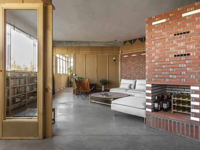 """Công trình La Nave ở thủ đô Madrid, Tây Ban Nha giành chiến thắng ở hạng mục Nội thất căn hộ tốt nhất. Từ một cửa hàng in trong quá khứ, La Nave đã chuyển đổi thành một căn hộ có thiết kế ấn tượng. """"Đây là kết quả của quá trình sáng tạo, kết hợp vật liệu địa phương và hệ thống kiến trúc đặc biệt"""", theo Dezeen."""