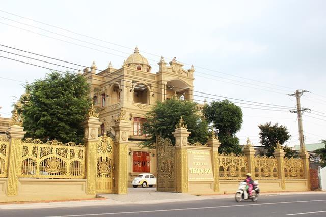 Biệt thự Thiện Soi nổi bật trên quốc lộ 5, đoạn qua thị xã Phú Mỹ.
