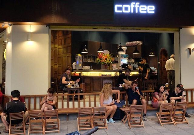Các quán ăn, cafe vỉa hè tại Thủ đô Hà Nội sẽ tạm dừng hoạt động từ 17 chiều 3/5. Ảnh minh họa
