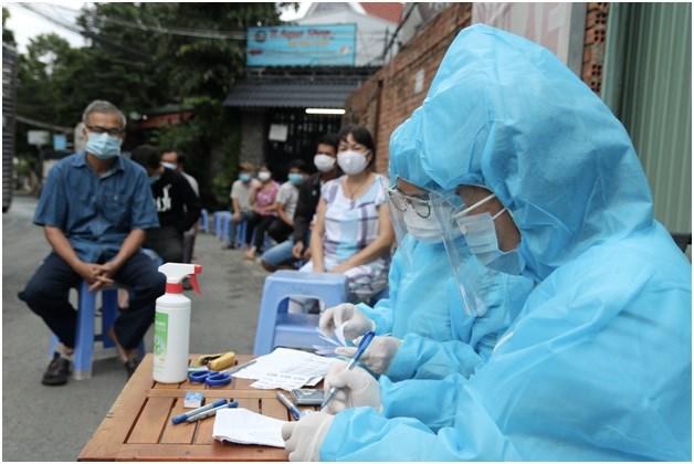 TP.HCM tăng cường xét nghiệm, tiêm vắc xin cho người dân. Ảnh ST
