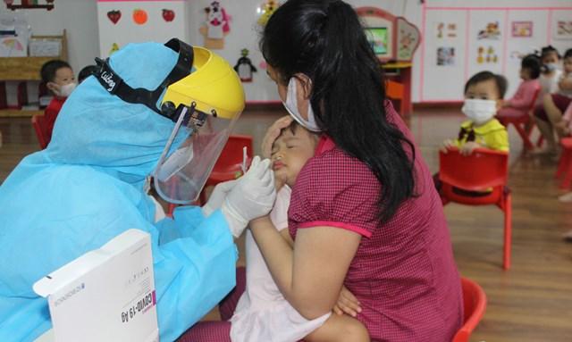 Tình hình dịch bệnh Covid-19 tại Bắc Ninh đang diễn biến phức tạp, đã có 13 trường hợp dương tính, trong đó có 6 trẻ mầm non. Ảnh Việt Hoa