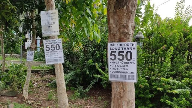 Biển rao bán đất, quảng cáo dự án được tận dụng treo ở nhiều nơi tại Long Thành. Ảnh: Trần Lân