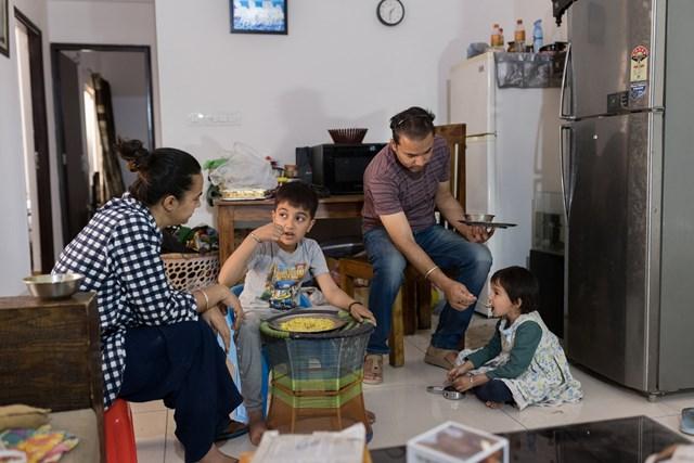 Gia đình anh Ashish Anand - từng thuộc tầng lớp trung lưu nay chật vật sống sót qua đại dịch khi cả hai vợ chồng đều không có việc làm. Ảnh: Smita Sharma
