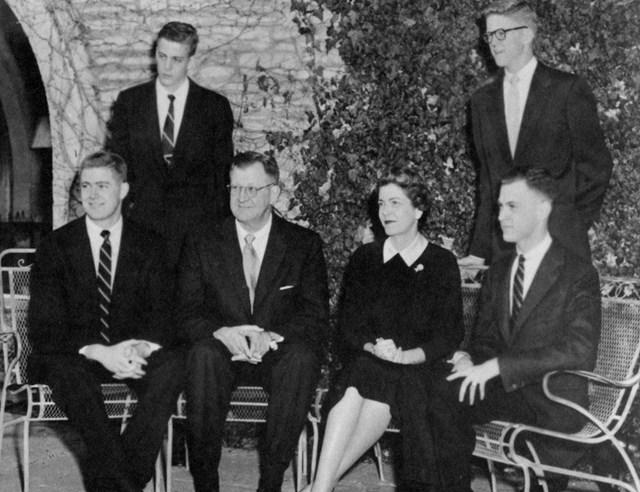 Anh em nhà Koch (từ trái qua) là Charles, David, Fred, Mary, Bill và Frederick. Ảnh: Wichita State University Libraries