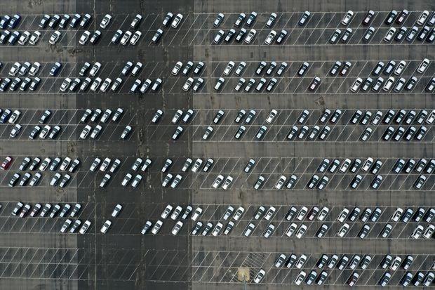 Những chiếc xe ô tô tại một kho chứa hàng ở California (Mỹ). Các nhà sản xuất ô tô trên khắp thế giới đang phải vật lộn để tìm nguồn cung chất bán dẫn phục vụ sản xuất.