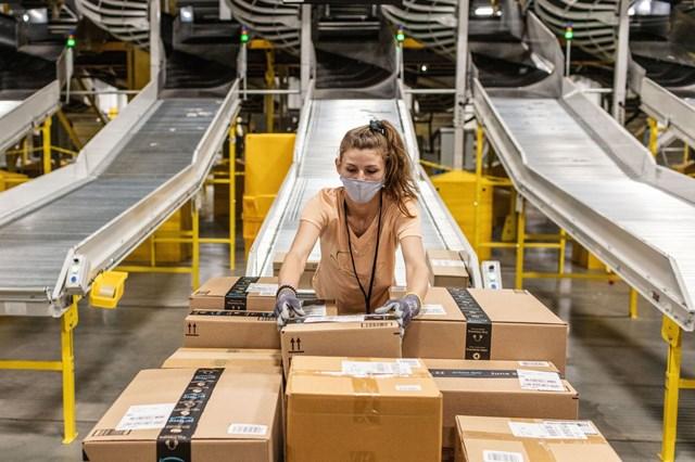 Trung bình một công nhân Mỹ làm việc ở Amazon nhận lương khoảng 37.930 USD vào năm 2020, tăng 3,5% so với năm 2019. Ảnh: WSJ.