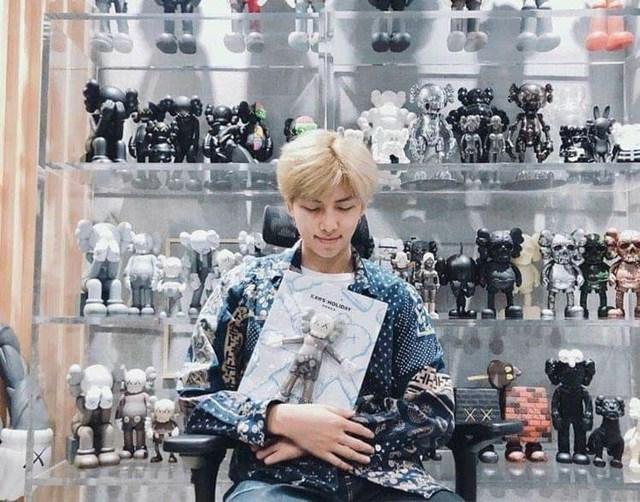 RM bên bộ sưu tập tượng nghệ thuật gấu Kaws, nhiều chiếc có giá lên tới 5.000 USD. Ảnh: Twitter nhân vật.