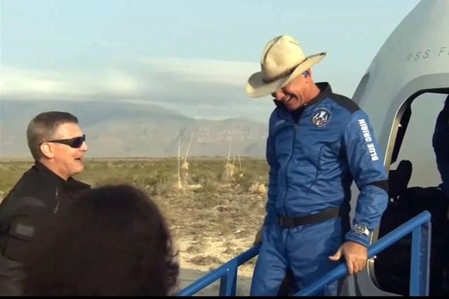 Tỷ phú Jeff Bezos sau khi hạ cánh. Ảnh: Blue Origin