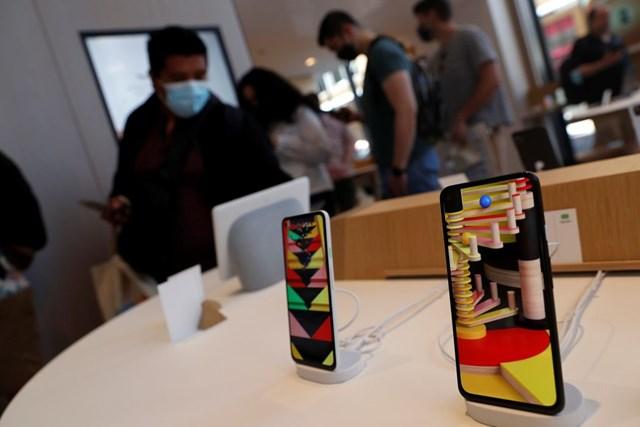 Theo WSJ, nguồn chip dự trữ của nhiều nhà sản xuất smartphone lớn trên thế giới đang cạn kiệt dần. Ảnh: Reuters