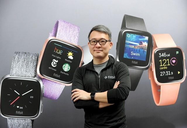 James Park và các mẫu đồng hồ Fitbit. Ảnh: Forbes.