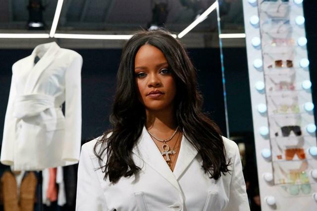 Rihanna trong buổi ra mắt một cửa hàng Fenty Beauty ở Paris (Pháp). Ảnh: Reddit