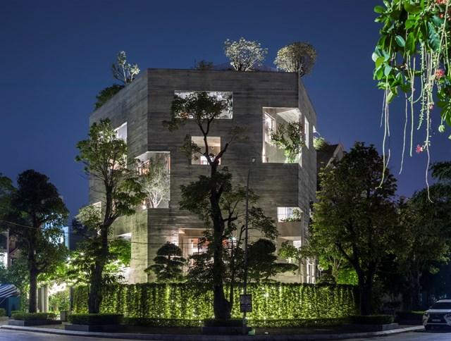 Khi về đêm, hệ thống chiếu sáng được bố trí thông minh giúp ngôi nhà vẫn giữ được vẻ hấp dẫn dù sử dụng màu sơn xám lạnh.